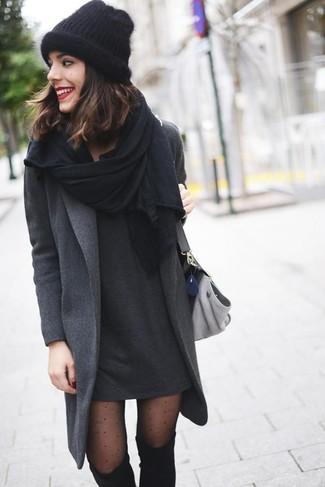 Erwägen Sie das Tragen von einem dunkelgrauen Mantel und einem dunkelgrauen Freizeitkleid für ein sonntägliches Mittagessen mit Freunden. Fügen Sie schwarzen Overknee Stiefel aus Wildleder für ein unmittelbares Style-Upgrade zu Ihrem Look hinzu.