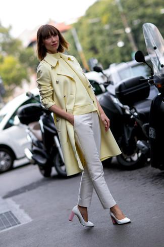 gelber Mantel, gelber Rollkragenpullover, hellbeige enge Hose, weiße und rosa Leder Pumps für Damen