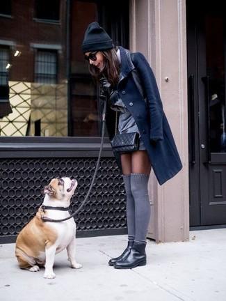 Wie kombinieren: dunkelblauer Mantel, graues gerade geschnittenes Kleid, schwarze Chelsea-Stiefel aus Leder, graue hohe Socken