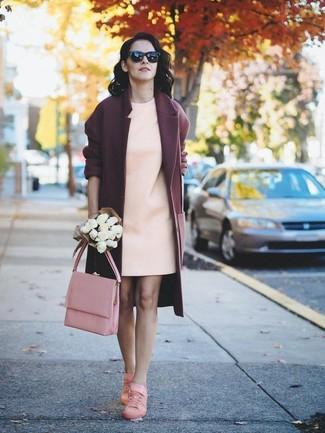 Dunkelroten Mantel kombinieren – 173 Damen Outfits: Wir glauben mit dieser Paarung aus einem dunkelroten Mantel und einem hellbeige gerade geschnittenem Kleid ist den ultimativen klassischen Alltags-Stil gefunden. Warum kombinieren Sie Ihr Outfit für einen legereren Auftritt nicht mal mit rosa niedrigen Sneakers?