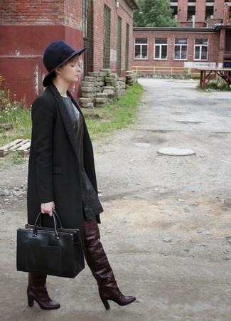 Wie kombinieren: schwarzer Mantel, schwarzes gerade geschnittenes Kleid aus Leder, dunkelrote Overknee Stiefel aus Leder, schwarze Shopper Tasche aus Leder