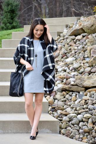 Wie kombinieren: schwarzer Mantel mit Schottenmuster, graues gerade geschnittenes Kleid, schwarze Leder Pumps, schwarze Shopper Tasche aus Leder