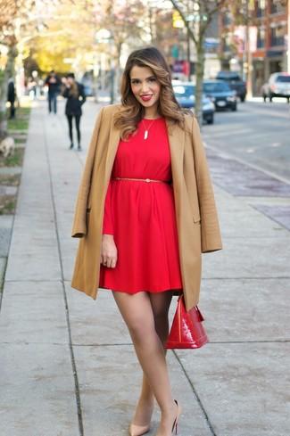 e4457bffb5d7a8 Wie kombinieren: beige Mantel, rotes gerade geschnittenes Kleid, beige  Leder Pumps, rote