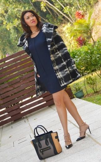 Wie kombinieren: schwarzer und weißer Mantel mit Schottenmuster, dunkelblaues gerade geschnittenes Kleid, weiße und schwarze beschlagene Leder Sandaletten, schwarze beschlagene Leder Pumps