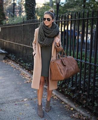 Graue Wildleder Stiefeletten kombinieren: elegante Outfits: trends 2020: Probieren Sie diese Kombi aus einem beige Mantel und einem dunkelgrünen gerade geschnittenem Kleid, umeinen verfeinerten Alltags-Look zuerzeugen, der in der Garderobe der Frau nicht fehlen darf. Komplettieren Sie Ihr Outfit mit grauen Wildleder Stiefeletten.