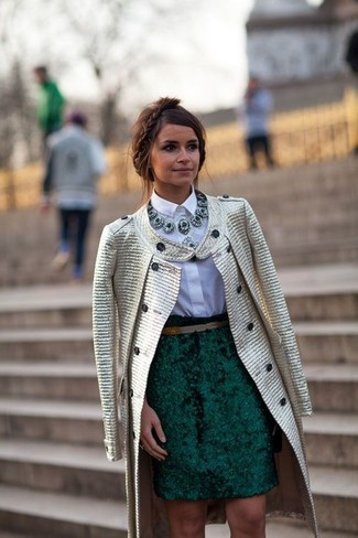 Miroslava Duma trägt Goldener Mantel, Weißes Businesshemd, Dunkelgrüner Bleistiftrock, Dunkelgrüne Halskette