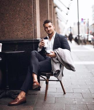 Wie kombinieren: grauer Mantel mit Fischgrätenmuster, dunkelgrauer Anzug, weißes Businesshemd, braune Leder Slipper