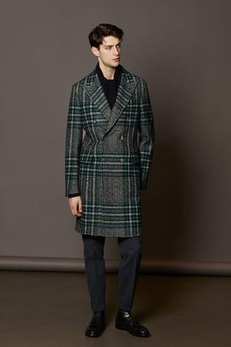 Wie kombinieren: grauer Mantel mit Schottenmuster, dunkelgraue Anzughose, schwarze Lederformelle stiefel, schwarzer Schal