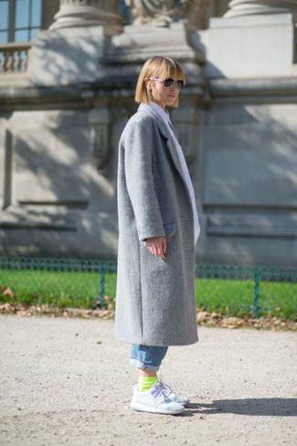 Wie kombinieren: grauer Mantel, blaue Boyfriend Jeans, weiße Sportschuhe, gelbgrüne Socke