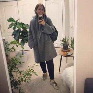 Wie kombinieren: grauer Mantel, schwarze Chinohose, silberne Leder niedrige Sneakers, schwarze Shopper Tasche aus Leder