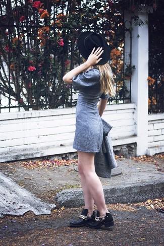 Wie kombinieren: grauer Mantel, graues gerade geschnittenes Kleid, schwarze verzierte Leder Stiefeletten, schwarzer Wollhut