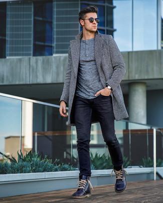 Wie kombinieren: grauer Mantel mit Fischgrätenmuster, grauer Henley-Pullover, schwarze Jeans, dunkelblaue Lederfreizeitstiefel