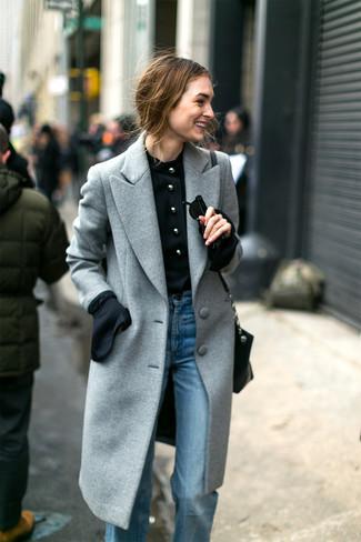 Wie kombinieren: grauer Mantel, schwarze Langarmbluse, hellblaue Schlagjeans, schwarze Leder Umhängetasche