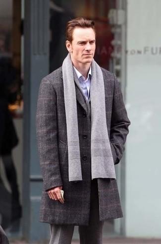 Wie kombinieren: grauer Mantel mit Schottenmuster, hellblaues Langarmhemd, graue Wollanzughose, grauer Schal