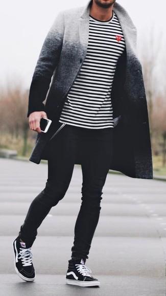 Wie kombinieren: grauer Ombre Mantel, weißes und schwarzes horizontal gestreiftes Langarmshirt, schwarze enge Jeans, schwarze hohe Sneakers