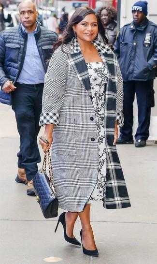 Wie kombinieren: grauer Mantel mit Schottenmuster, weißes und schwarzes bedrucktes Midikleid, schwarze Wildleder Pumps, dunkelblaue gesteppte Leder Umhängetasche