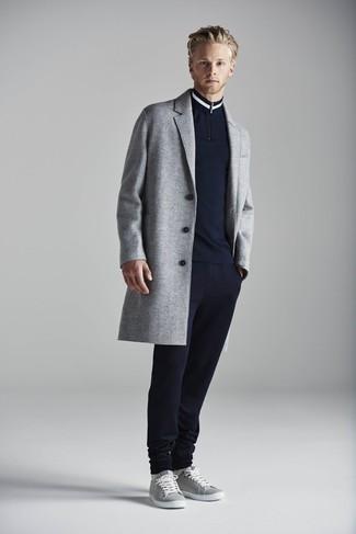 30 Jährige: Dunkelblauen Pullover mit einem Reißverschluss am Kragen kombinieren: trends 2020: Tragen Sie einen dunkelblauen Pullover mit einem Reißverschluss am Kragen und eine dunkelblaue Jogginghose für ein sonntägliches Mittagessen mit Freunden. Komplettieren Sie Ihr Outfit mit grauen niedrigen Sneakers.