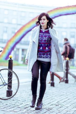 Wie kombinieren: grauer Mantel, dunkelblauer Pullover mit einem Rundhalsausschnitt mit Weihnachten Muster, schwarze enge Hose, schwarze Leder Stiefeletten