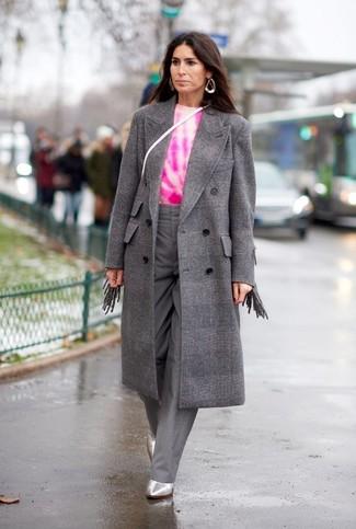 Wie kombinieren: grauer Mantel mit Karomuster, fuchsia Mit Batikmuster Pullover mit einem Rundhalsausschnitt, graue weite Hose, silberne Leder Stiefeletten