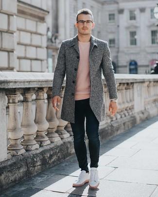 Wie kombinieren: grauer Mantel, rosa Pullover mit einem Rundhalsausschnitt, dunkelblaue enge Jeans, weiße niedrige Sneakers