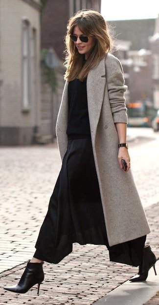 Wie kombinieren: grauer Mantel, schwarzer Pullover mit einem Rundhalsausschnitt, schwarzer Falten Maxirock, schwarze Leder Stiefeletten
