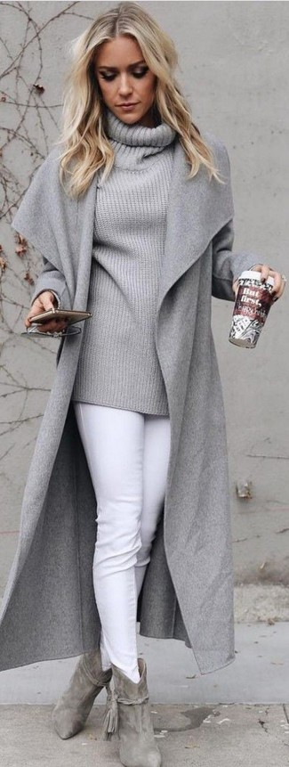 Wie kombinieren: grauer Mantel, grauer Pullover mit einer weiten Rollkragen, weiße enge Jeans, graue Wildleder Stiefeletten