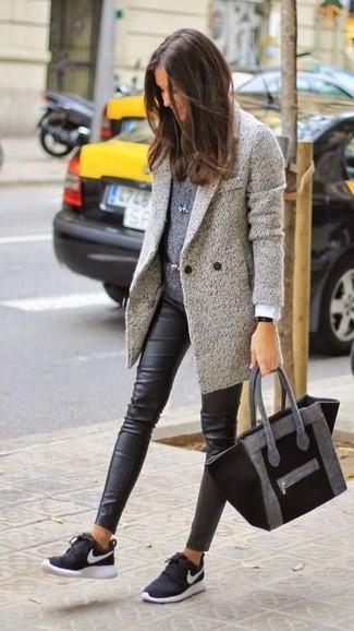Kombinieren Sie einen grauen Mantel mit einem Unterteil für ein großartiges Wochenend-Outfit. Fühlen Sie sich ideenreich? Wählen Sie schwarzen und weißen Sportschuhe.