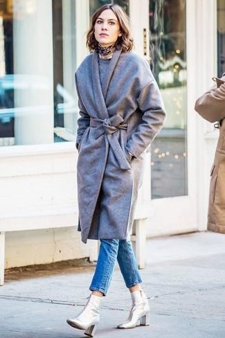 Alexa Chung trägt Grauer Mantel, Grauer Pullover mit Rundhalsausschnitt, Blaue Enge Jeans, Silberne Leder Stiefeletten