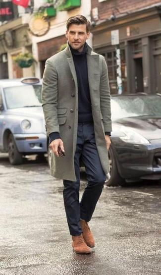 Wie kombinieren: grauer Mantel, dunkelblauer Rollkragenpullover, dunkelblaue Anzughose, braune Chukka-Stiefel aus Wildleder