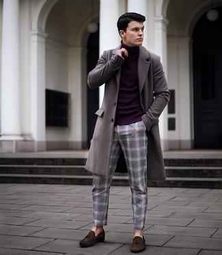 kühl Wetter Outfits Herren 2021: Entscheiden Sie sich für einen grauen Mantel und eine blaue Chinohose mit Schottenmuster, wenn Sie einen gepflegten und stylischen Look wollen. Fühlen Sie sich ideenreich? Entscheiden Sie sich für dunkelbraunen Wildleder Slipper mit Quasten.