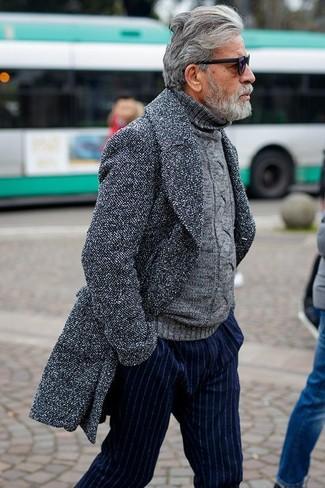 Wie kombinieren: grauer Mantel, grauer Strick Rollkragenpullover, dunkelblaue vertikal gestreifte Anzughose, schwarze Sonnenbrille