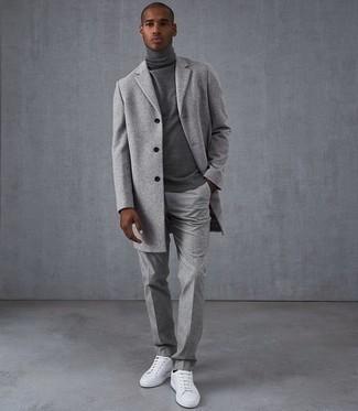 Weiße Leder niedrige Sneakers kombinieren: trends 2020: Kombinieren Sie einen grauen Mantel mit einer grauen Wollanzughose für eine klassischen und verfeinerte Silhouette. Weiße Leder niedrige Sneakers verleihen einem klassischen Look eine neue Dimension.