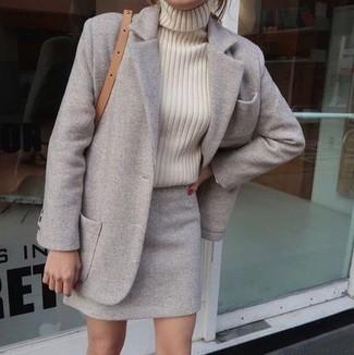 Wie kombinieren: grauer Mantel, hellbeige Strick Rollkragenpullover, grauer Wollminirock, beige Leder Umhängetasche