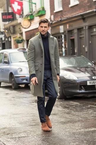 Wie kombinieren: grauer Mantel, schwarzer Strick Rollkragenpullover, schwarze Anzughose, beige Chukka-Stiefel aus Wildleder