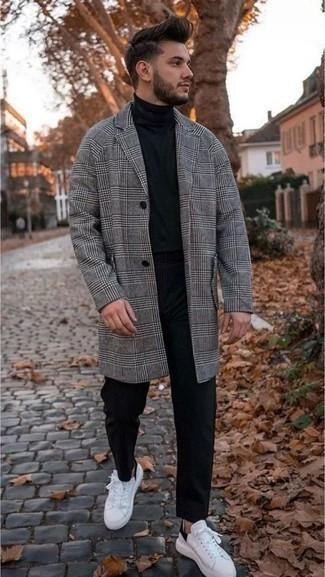 Weiße und schwarze Leder niedrige Sneakers kombinieren: trends 2020: Die Paarung aus einem grauen Mantel mit Schottenmuster und einer schwarzen Chinohose ist eine gute Wahl für einen Tag im Büro. Wenn Sie nicht durch und durch formal auftreten möchten, wählen Sie weißen und schwarzen Leder niedrige Sneakers.