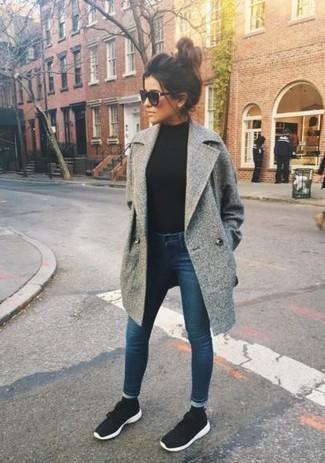 Wie kombinieren: grauer Mantel, schwarzer Rollkragenpullover, dunkelblaue enge Jeans, schwarze und weiße Sportschuhe