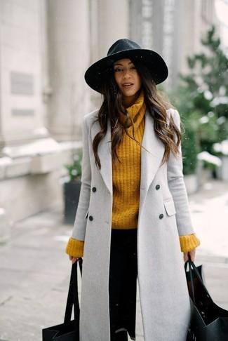 Wie kombinieren: grauer Mantel, senf Strick Rollkragenpullover, schwarze enge Hose, schwarzer Wollhut