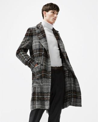 Wie kombinieren: grauer Mantel mit Schottenmuster, weißer Rollkragenpullover, schwarze Wollanzughose, dunkelbrauner Ledergürtel