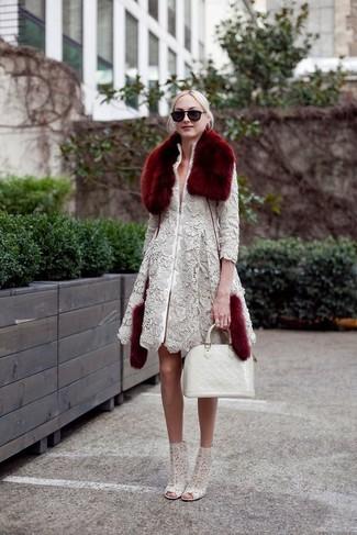 Wie kombinieren: grauer Spitzemantel, graue Spitze Stiefeletten, weiße Shopper Tasche aus Leder, dunkelroter Pelzschal