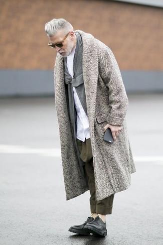Nick Wooster trägt Grauer Mantel mit Fischgrätenmuster, Graue Strickjacke Mit Schalkragen, Weißes Businesshemd, Olivgrüne Chinohose