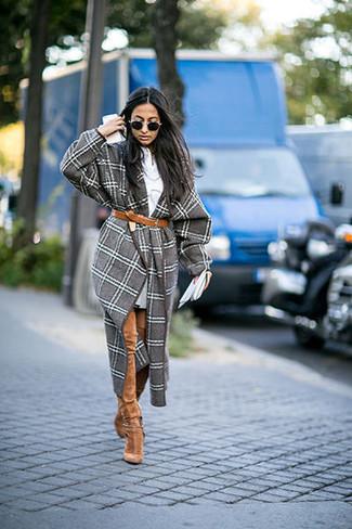 grauer Mantel mit Schottenmuster, graues Sweatkleid, beige Overknee Stiefel aus Wildleder, brauner Ledergürtel für Damen