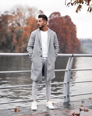 Smart-Casual kühl Wetter Outfits Herren 2020: Kombinieren Sie einen grauen Mantel mit einer grauen Chinohose, um einen eleganten, aber nicht zu festlichen Look zu kreieren. Fühlen Sie sich ideenreich? Komplettieren Sie Ihr Outfit mit weißen Leder niedrigen Sneakers.