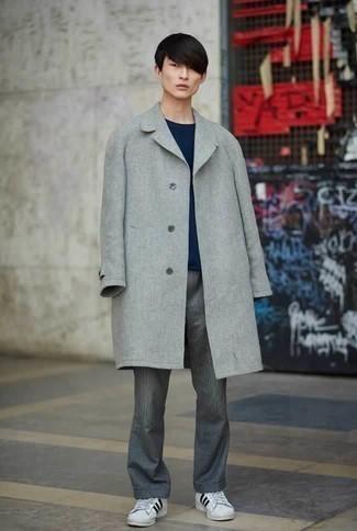 Weiße und schwarze Leder niedrige Sneakers kombinieren: trends 2020: Kombinieren Sie einen grauen Mantel mit einer grauen Chinohose für einen für die Arbeit geeigneten Look. Fühlen Sie sich mutig? Ergänzen Sie Ihr Outfit mit weißen und schwarzen Leder niedrigen Sneakers.
