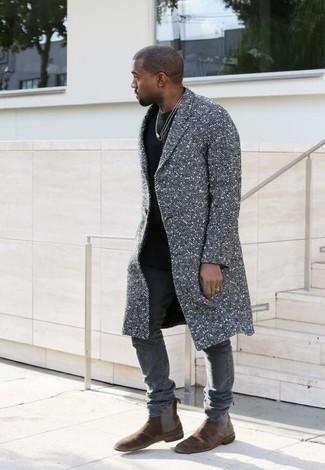 Entscheiden Sie sich für einen grauen Mantel und grauen enge Jeans, um einen modischen Freizeitlook zu kreieren. Dunkelbraune Chelsea-Stiefel aus Wildleder bringen klassische Ästhetik zum Ensemble.