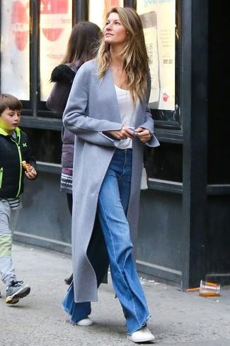 Wie kombinieren: grauer Mantel, weißes T-Shirt mit einem Rundhalsausschnitt, blaue Schlagjeans, weiße niedrige Sneakers