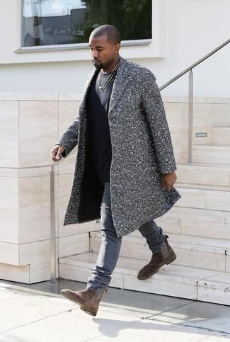 Kanye West trägt Grauer Mantel mit Fischgrätenmuster, Schwarzes T-Shirt mit Rundhalsausschnitt, Graue Jeans, Braune Chelsea-Stiefel aus Wildleder