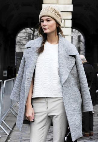 Mantel grauer t shirt mit rundhalsausschnitt weisses enge hose graue muetze hellbeige large 1216