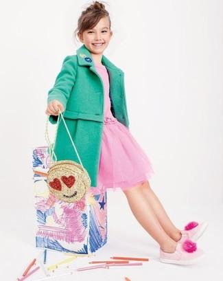 Wie kombinieren: grüner Mantel, rosa Tüllkleid, rosa Turnschuhe, goldene Tasche