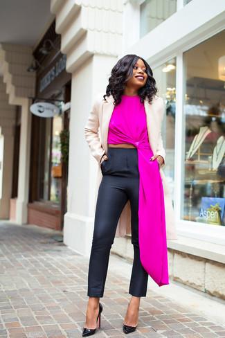 Wie kombinieren: hellbeige Mantel, fuchsia ärmelloses Oberteil, schwarze enge Hose, schwarze Leder Pumps