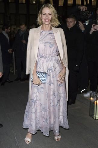 Wie kombinieren: hellbeige Mantel, rosa besticktes Ballkleid, hellbeige Leder Sandaletten, hellblaue gesteppte Leder Clutch